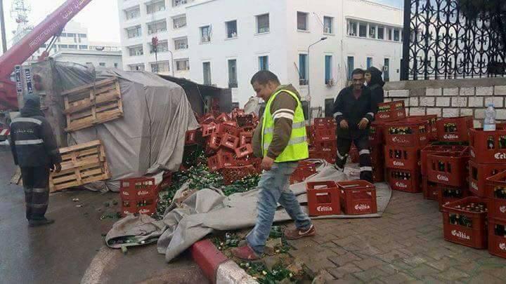 بالصور: إنقلاب شاحنة ثقيلة محمّلة بعلب الجعة بالعاصمة
