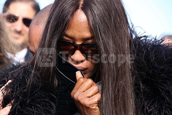 بالصّور : إنهيار عارضة الأزياء العالمية ناومي كامبل في جنازة الفقيد عز الدين عليّة