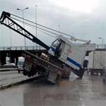 En photo-Accident : Un camion-grue se renverse à la Charguia