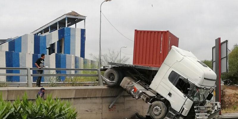 صور : في ثاني أيام رمضان، إنقلاب شاحنة بالطريق الوطنية ا1