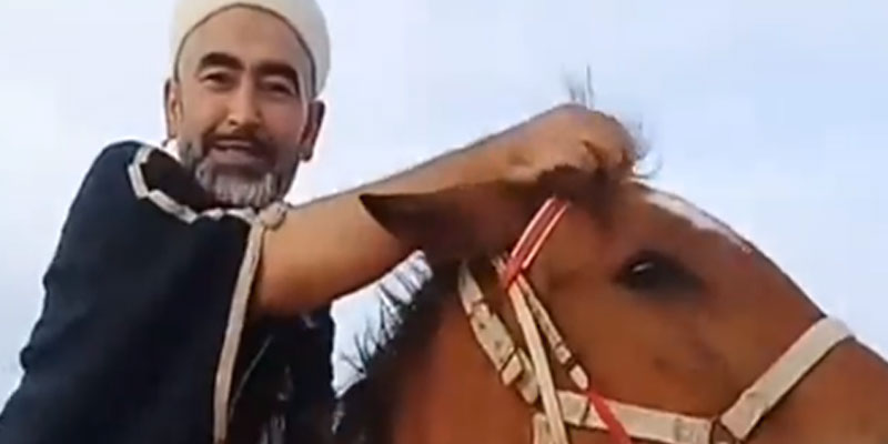 En vidéos : La balade à cheval de Adel Elmi suscite les moqueries