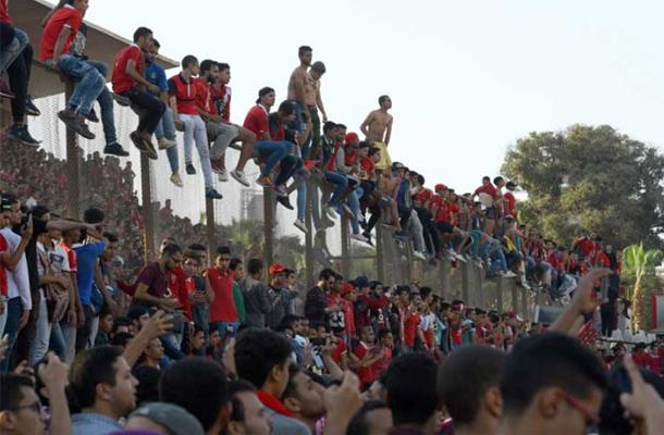 مصر: جماهير الأهلي تقتحم ميدان التحرير وتشعل الشماريخ لمؤازرة الفريق قبل السفر للمغرب