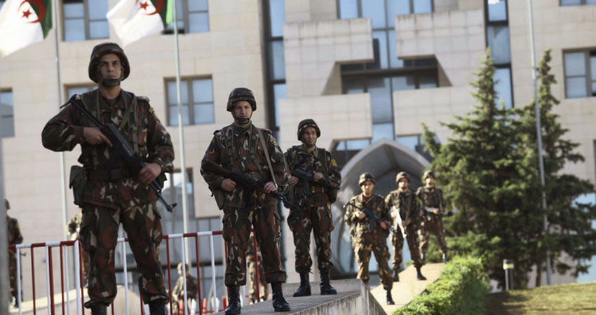 الجيش الجزائري يعلن القبض على 3 إرهابيين بجيجل