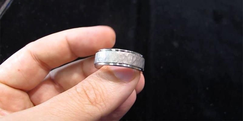 بالفيديو: إعلامية تطلب الزواج من فنان خليجي على الهواء