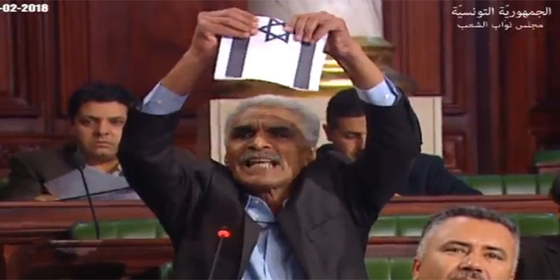 بالفيديو : عمّار عمروسية يمزّق علم الكيان الصّهيوني مباشرة في مجلس نواب الشعب و ينعته بمجلس ''العار''