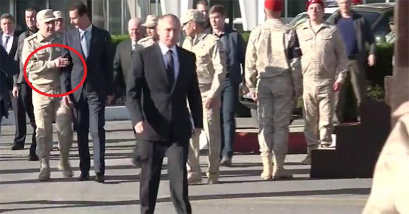 بالفيديو: عسكري روسي يمنع الأسد من اللحاق ببوتين