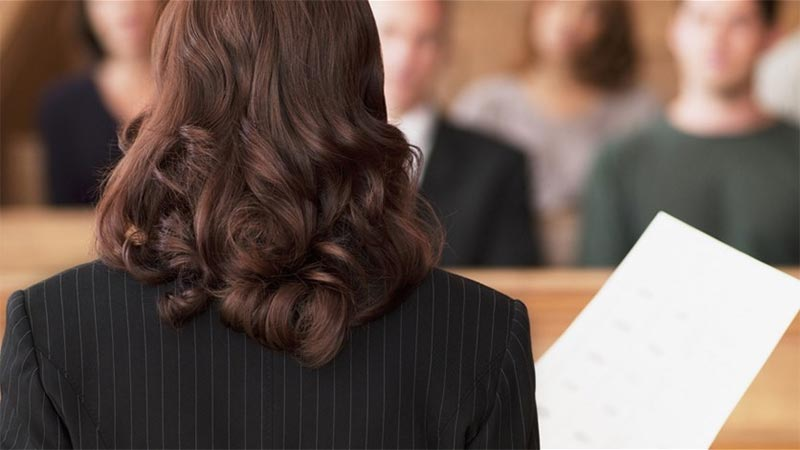 محامية تضرب متهمًا بحذائها في قصر العدل... ماذا حصل خلال الجلسة؟