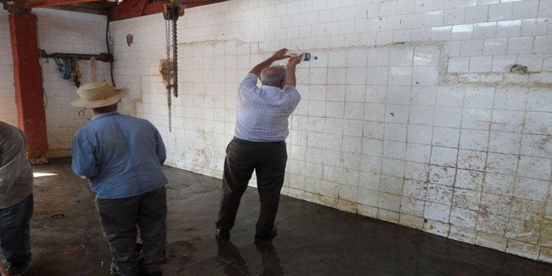 صورة: رئيس بلدية مرناق ينظف حائط المسلخ البلدي بقارورة مياه