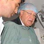 Ben Jaafer remet sa blouse bleue pour visiter les blessés de l'ambassade