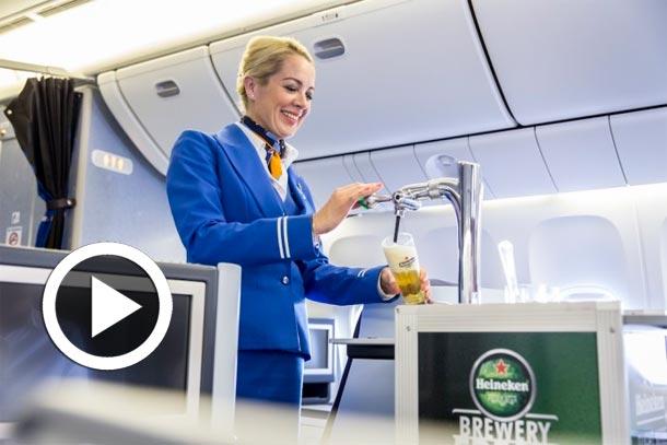 En vidéo : La compagnie KLM sert de la bière pression Heineken en vol