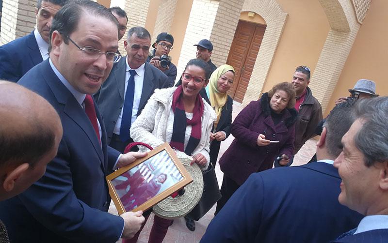 Qu'a reçu Youssef Chahed avant son départ de Tozeur comme cadeau ?