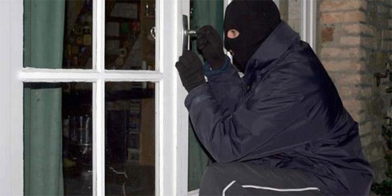 البحيرة: القبض على شخص من أجل سرقة حوالي 75 ألف دينارا من داخل محل مسكون