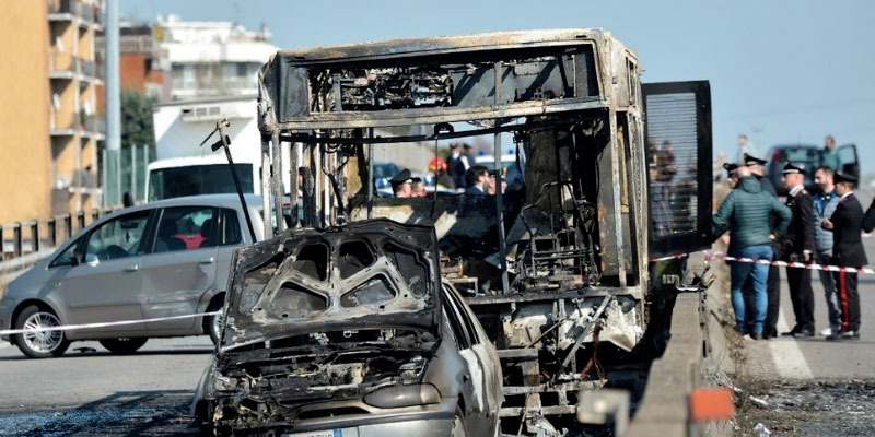 Un ''carnage'' évité de justesse pour 51 collégiens pris en otage dans un bus en Italie