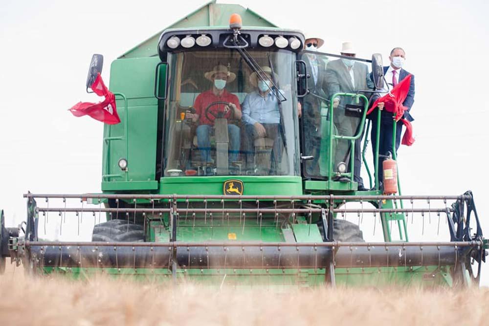 رئيس الحكومة يعطي شارة انطلاق موسم الحصاد الوطني من بنزرت