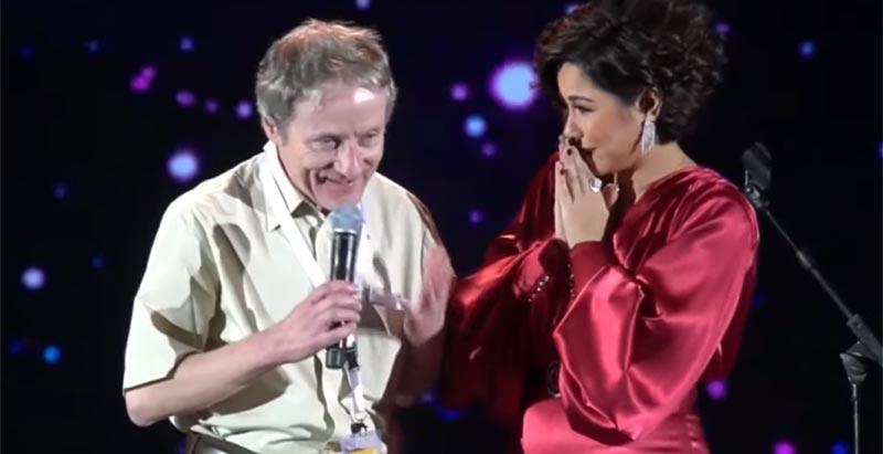 بالفيديو: شيرين تقبل يد معجب سويسري