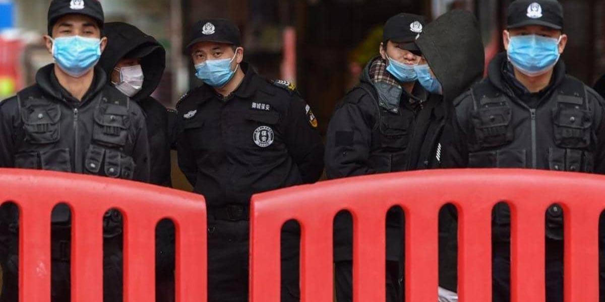الصين تبني مستشفى للعلاج من ''كورونا''.. وتوّسع إغلاق المدن