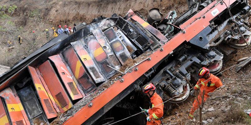 Un train déraille et défonce une maison en Chine, six morts