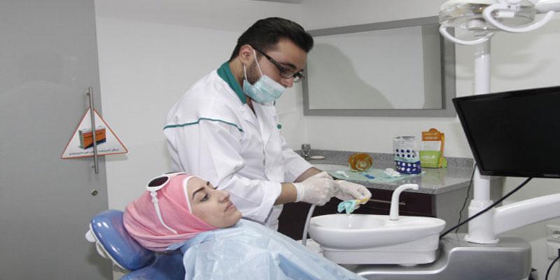 أطباء الأسنان يحملون الشارة الحمراء للمطالبة بتصحيح المسار المهني للقطاع