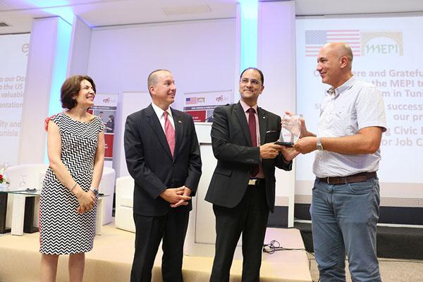 Une nouvelle promotion de 288 jeunes formés et placés dans 7 grandes entreprises en Tunisie
