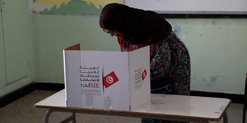Une électrice arrêtée en train de filmer son bulletin