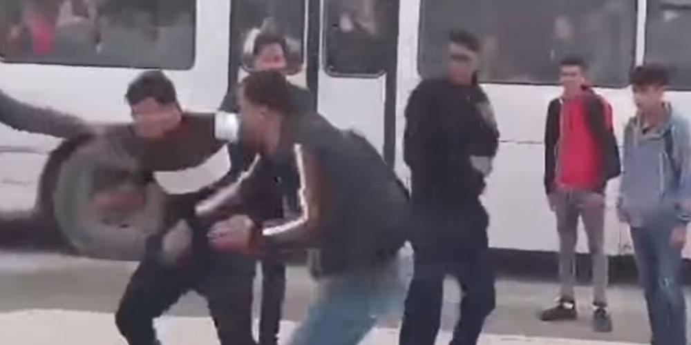 فيديو صادم : سائق حافلة يعتدي بالعنف الشديد على تلميذ