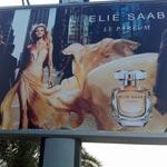 Des barbus s'attaquent à une femme ... sur une affiche publicitaire !