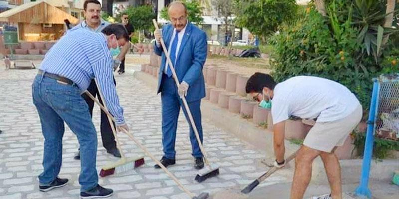 رئيس بلدية صفاقس يشارك في حملة النظافة بربطة عنق