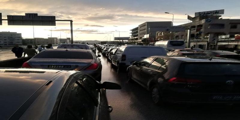 على مستوى برج الوزير بأريانة: متساكنون يقطعون الطريق احتجاجا على تسرب المياه لمنازلهم