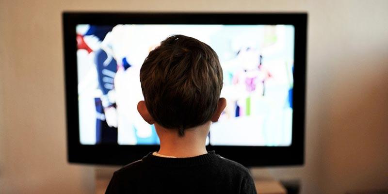 Un enfant qui passe trop de temps devant les écrans aura le cerveau affecté