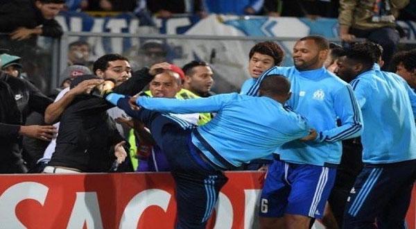 بالفيديو..طرد لاعب مرسيليا إيفرا قبل بداية المباراة بعد اعتدائه على أحد المشجعين