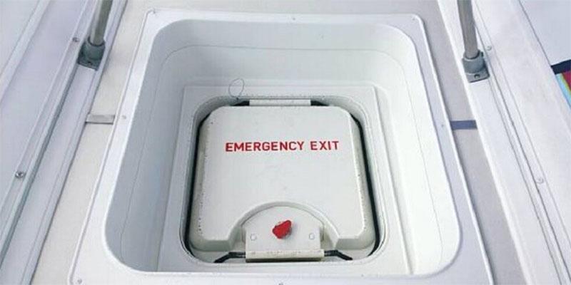 مسافرة تفتح مخرج الطوارئ بالطائرة لاستنشاق ''هواء نقي ''