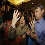 أقارب ضحايا الطائرة الماليزية المنكوبة يتظاهرون أمام سفارة ماليزيا في بكين