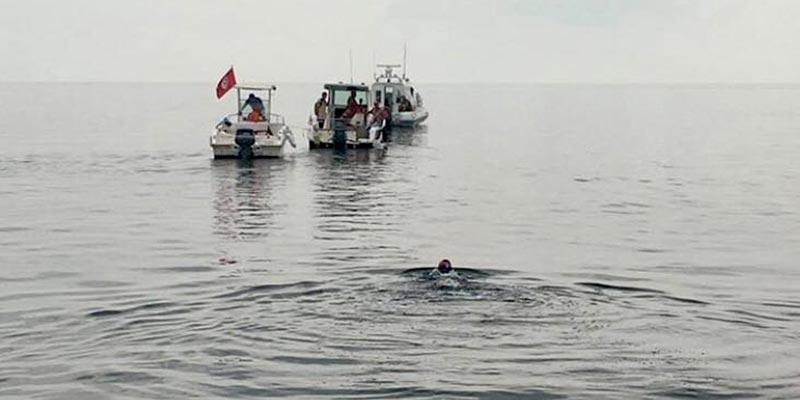 Faten Ghattas parcourt la distance Sfax-Kerkennah à la nage