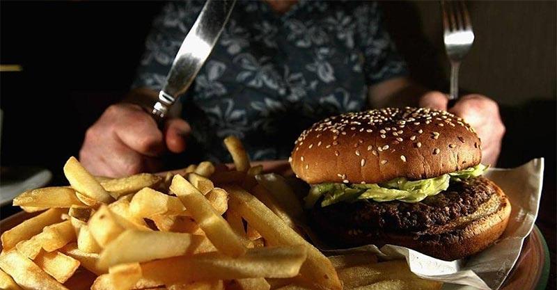 تحذير طبي.. 7 أطعمة تسبب الكسل والخمول