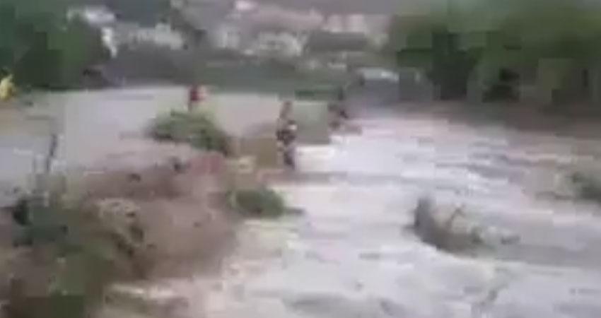 فيديو يحبس الأنفاس..شاب ينقذ فتاتين علقتا وسط السيول
