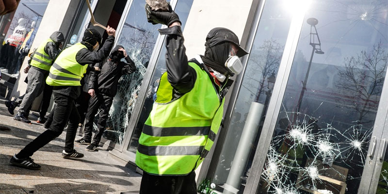 اشتباكات محدودة في احتجاجات السترات الصفراء بفرنسا مع تراجع عدد المتظاهرين
