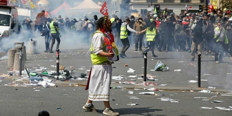Ambiance tendue à Paris, heurts violents entre les gilets jaunes et la police