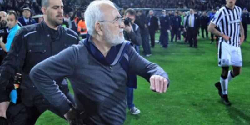 إيقاف مباريات كرة قدم في اليونان بعد نزول رئيس ناد إلى أرض الملعب وهو مسلح