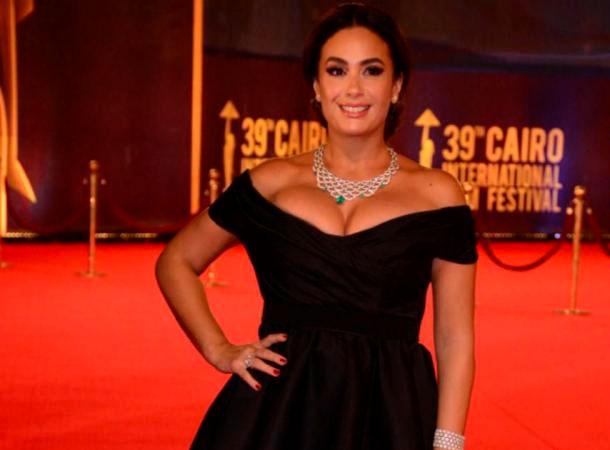 En photos : La robe que portait Hend Sabri au Festival International du Film du Caire crée la polémique ...