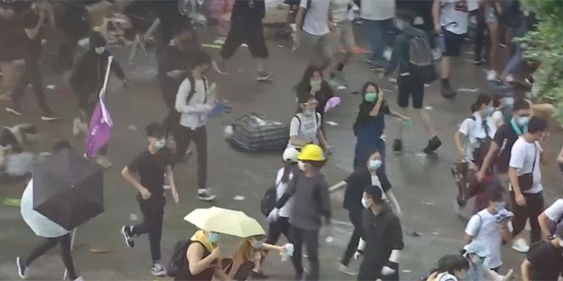 شرطة هونج كونج تطلق الغاز المسيل للدموع في اشتباكات مستمرة مع محتجين