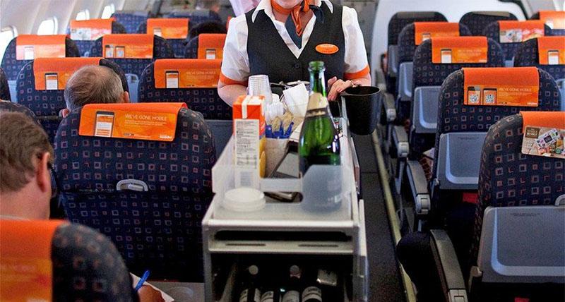 بالفيديو: ما فعلته مضيفة الطيران بطعام المسافرين تسبب بطردها!