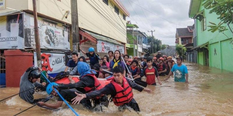 مقتل 9 على الأقل بانهيار جسر للمشاة على نهر في إندونيسيا