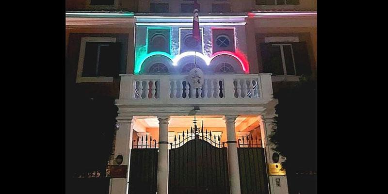 Il Tricolore illumine l'ambassade de Tunisie pour la fête de la Libération