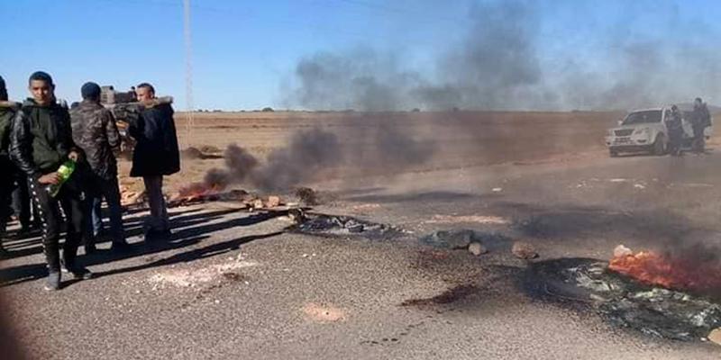Protestation et blocage de la route suite à la fermeture d'une usine de briques à Kasserine