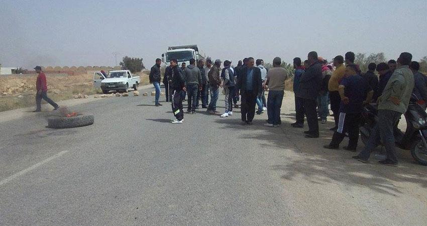القيروان :اهالي منطقة الدواينية يغلقون الطريق و تعزيزات أمنية تصل المنطقة