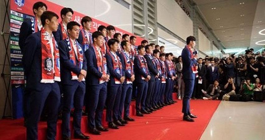 بالفيديو.. الجمهور الكوري الجنوبي يستقبل بعثة المنتخب بالوسائد و البيض!