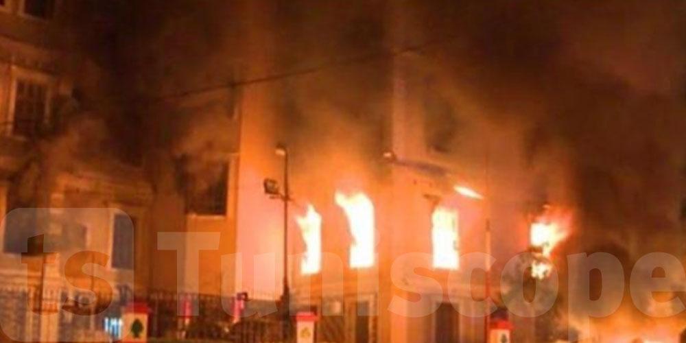 لبنان: محتجون يحرقون مبنى بلدية طرابلس خلال الاحتجاجات الليلية