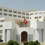 وزارة الشؤون الخارجية تستنكر اقتحام كتيبة مسلحة لمقر القنصلية التونسية بطرابلس واحتجاز عشرة من موظفي البعثة