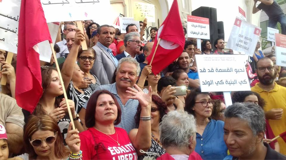 بالصّور : تجمع أمام المسرح البلدي للدفاع عن تقرير لجنة الحريات الفردية والمساواة