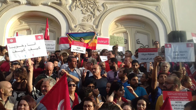 صورة اليوم : رفع علم المثلية الجنسية أمام المسرح البلدي للمطالبة بالحرية